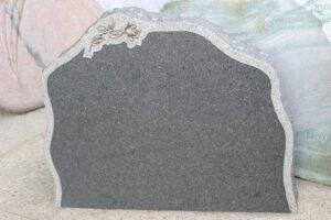 STENshoppen.dk | Gravsten Blå Rønne granit med kant og rose 70cm x 60cm.