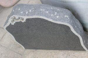 STENshoppen.dk | Gravsten Blå Rønne granit med kant og rose 70cm x 60cm