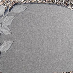 Stenshoppen.dk | Gravsten Orion Blue med rose dekoration og rå kanter