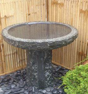Stenshoppen.dk | Rund fuglebad Ø 50 cm. på sokkel, samlet højde 45 cm. Mørk/sort granit