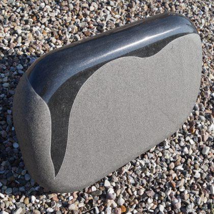 Gravsten sort indisk granit med poleret Bramme.