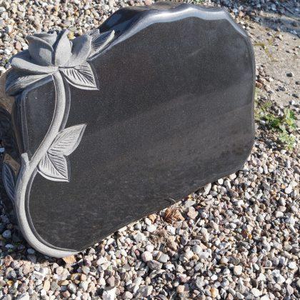 Gravsten Sort granit fuldpoleret med rose.