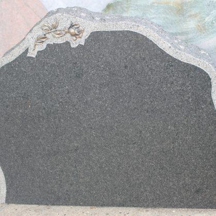 Gravsten Blå Rønne granit med kant og rose 70cm x 60cm.